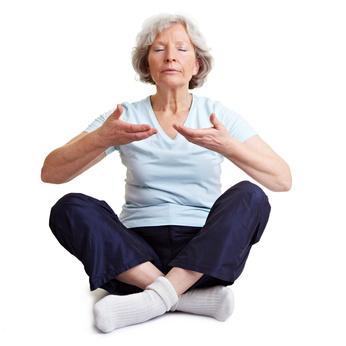 Seniorin macht Atemübungen
